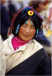 Tybetanka w tradycyjnym nakryciu głowy