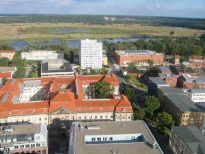 Główny campus z budynkiem mensy po prawej (w tle) i widokiem na rozlewiska Odry