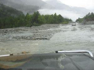 W ulewnym deszczu górskie drogi zamieniły się w rwące potoki