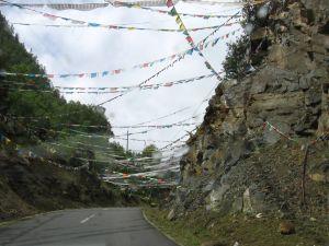 Kolorowe pajęczyny chorągiewek modlitewnych są jednym z nieodłącznych elementów tybetańskiego krajobrazu