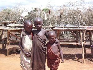 Masajskie dzieci są bardzo przyjaźnie nastawione do białych