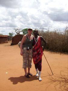 Wojownik masajski i autorka w strojach plemiennych