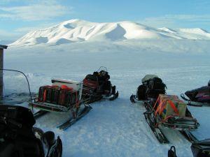 Wiosną do stacji we fiordzie Hornsund można dotrzeć skuterami śnieżnymi