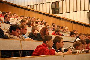 Wykłady ''Osobliwości Świata Fizyki'' odbywają się w salach audytoryjnych Instytutu Fizyki UŚ