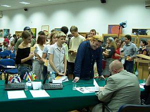 Profesor Jerzy Bralczyk - gość specjalny tegorocznego Sprawdzianiu - jeszcze długo po swoim wystąpieniu rozdawał autografy