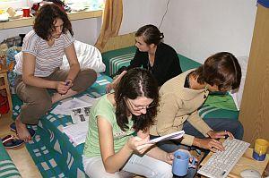 Uczestnicy obozu w trakcie pracy nad gazetami