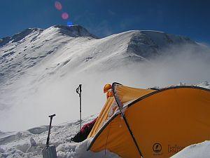 Pik Niepodległości (dawniej Pik Lenina) leży w górach Pamir w środkowej Azji. Jest jednym z łatwiejszych siedmiotysięczników, lecz słynie ze zmiennej pogody, silnych wiatrów i niskich temperatur