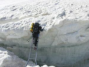 Przekraczanie szczeliny lodowcowej między obozem I i II
