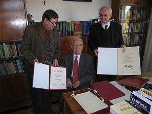 Od lewej: prof. zw. dr hab. Andrzej Radziewicz-Winnicki, prof. zw. dr Wincety Okoń, h.c., prof. zw. dr hab. Wojciech Kojs