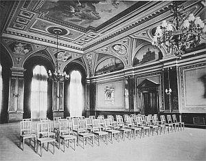 Zdjęcie archiwalne z ok. 1894 roku. Aula szkolna na ostatnim piętrze budynku