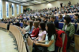 W auli Wydziału Prawa i Administracji UŚ zgromadził się tłum młodzieży
