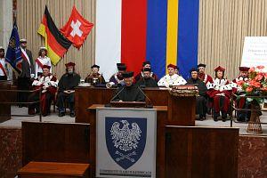 Laudację wygłosił prof. dr hab. Krystian Roleder, dyrektor Instytutu Fizyki UŚ
