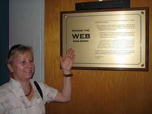 Mgr Janina Pawlik pokazuje, że tu narodziła się sieć WEB