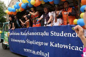 Kolorowa parada studentów uczelni śląskich ulicami Katowic
