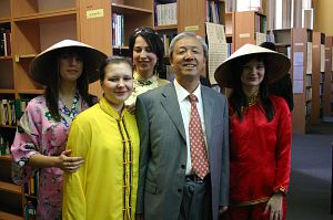 Profesor Dexin Tang ze swoimi studentkami
