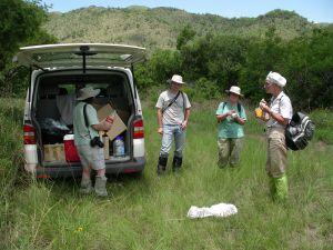 Chwila odpoczynku podczas badań na terenach serpentynitowych w okolicach Barberton (prowincja Mpumalanga).