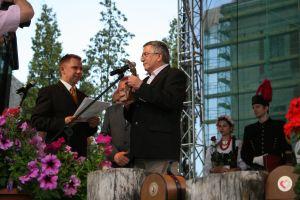 Prorektor UŚ ds. Finansów i Rozwoju prof. zw. dr hab. Jerzy Zioło odebrał nagrodę 'Orlego Lauru', którą otrzymał Uniwersytet Śląski w kategorii 'nauka'