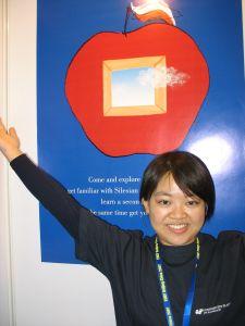 Chińska studentka prezentująca ofertę Uniwersytetu Śląskiego