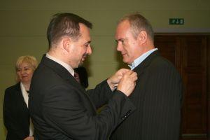 Brązowy Krzyż Zasługi odebrał z rąk wojewody śląskiego  dr. Tomasza Pietrzykowskiego prof. UŚ dr hab. Witold Jacyków