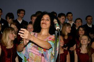 Latynoamerykańskie pieśni na Boże Narodzenie Ariela Ramireza śpiewała znakomita wenezuelska śpiewaczka Beatriz Blanco. Kolędy polskie śpiewał Hubert Miśka