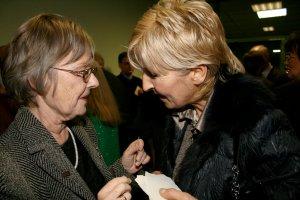 Wieczór był okazją do przełamania się opłatkiem i złożenia sobie życzeń. Na zdj. prof. Olga Wolińska i dr hab. Teresa Wilkoń