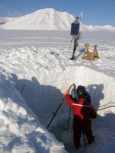 Autor w czasie wiercenia gorącą wodą do dna Lodowca Hansa w kwietniu 2007. Obok logger - rejestrator cyfrowy z zasilającym go panelem słonecznym