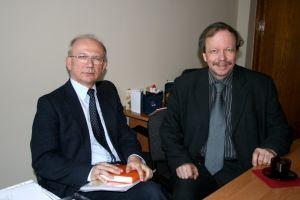 Prof. dr. hab. Maciej Sablik oraz dyrektor Instytutu Fizyki prof. dr. hab. Krystian Roleder