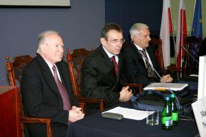 Od lewej: minister środowiska Maciej Nowicki, komisarz ds.energii Komisji Europejskiej Andris Piebalgs, poseł do Parlamentu Europejskiego, wiceprezes Europejskiego Forum Energetycznego prof. Jerzy Buzek