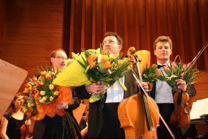Od lewej soliści: Wojciech Świtała (fortepian), Piotr Janosik (wiolonczela), Szymon Krzeszowiec (skrzypce)