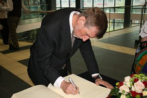 Prof. J.O. Hagen wpisał się do księgi pamiątkowej