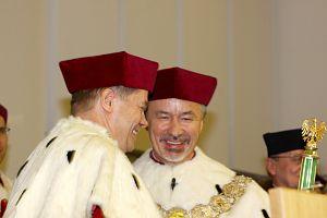 Podczas uroczystości inauguracji nowego roku akademickiego miała miejsce ceremonia przekazania insygniów rektorskich