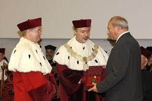 Medal Uniwersytetu Śląskiego został wręczony prezydentowi Sosnowca Kazimierzowi Górskiemu