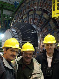 Od lewej: prof. dr hab. Jacek Szade, dr Jan Jelonek i prof. zw. dr hab. Andrzej Ślebarski w komorze detektora CMS
