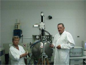 Prof. dr hab. Anna Pajączkowska i inż. Jarosław Kisielewski przy urządzeniu Czochralskiego w czasie wzrostu kryształu