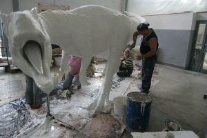 W pracowni rzeźbiarskiej w Ostrowcu Świętokrzyskim 12-osobowy zespół tworzy ponad sto dinozaurów rocznie