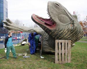 Jeszcze chwila i dźwig postawi 14,5 metrowego dinozaura na nogi