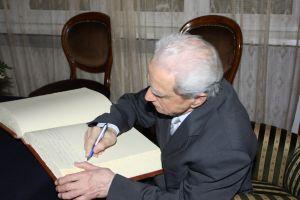 Prof. zw. dr hab. Edward Polański wpisał się do księgi pamiątkowej
