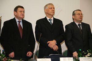 Od lewej: przewodniczący Sejmiku Województwa Śląskiego Michał Czarski, prorektor ds. kształcenia prof. UŚ dr hab. Czesław Martysz, prof. dr hab. Ryszard Kaczmarek
