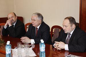 Od lewej: Sekretarz Stanu w Kancelarii Prezydenta RP prof. dr hab. Ryszard Legutko, Prezydent RP prof. dr hab. Lech Kaczyński, szef Gabinetu Prezydenta RP Maciej Łopiński