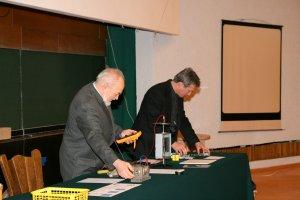 Dr hab. Krzysztof Wójcik i dr Jerzy Jarosz wyjaśniali, jak należało przeprowadzić poszczególne eksperymenty